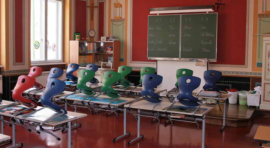 Меблі для першокласника - як підібрати парту і стілець для школяра?